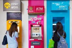 Två flickor på ATM i Thailand Arkivbild