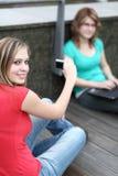 Två flickor på en högskolauniversitetsområde Arkivbild
