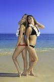 Två flickor på stranden Royaltyfri Bild