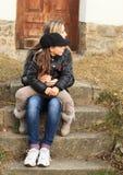 Två flickor på trappa Arkivfoton