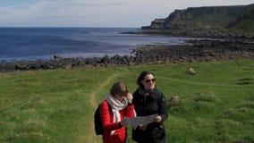 Två flickor reser till jättevägbanken i nordligt - Irland arkivfilmer