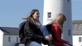 Två flickor reser till västkusten av Irland arkivfilmer