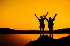 Två flickor sammanfogar händer för att fira framgången av Fotografering för Bildbyråer