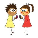 Två flickor ser in i smartphonen Royaltyfri Bild