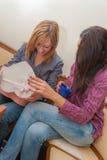 Två flickor som öppnar gåva Royaltyfri Bild
