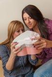 Två flickor som öppnar gåva Arkivbilder