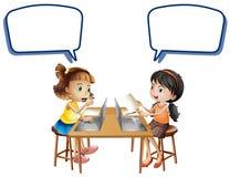 Två flickor som arbetar på datorer med anförandebubblor stock illustrationer