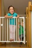 Två flickor som att närma sig säkerhetsporten av trappa Arkivbilder
