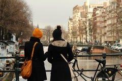 Två flickor som besöker Amsterdam Arkivbilder