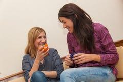 Två flickor som dricker kaffe Arkivbilder