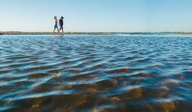 Två flickor som går på stranden Royaltyfri Bild