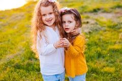 Två flickor som gör hjärta Arkivbilder
