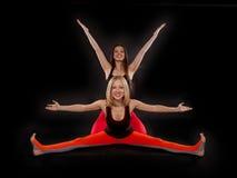 Två flickor som gör yoga Arkivfoton
