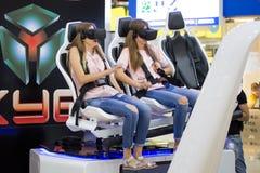 Två flickor som håller ögonen på film med VR-skyddsglasögon Arkivbild