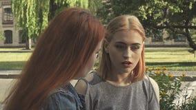 Två flickor som har ett samtal royaltyfria foton
