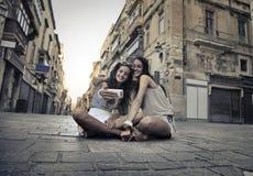 Två flickor som har gyckel tillsammans fotografering för bildbyråer