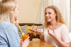 Två flickor som har konversation i kafé Royaltyfria Foton