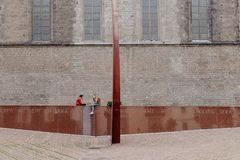 Två flickor som kyler i en lokal monument royaltyfria bilder