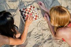 Två flickor som leker schack Fotografering för Bildbyråer