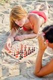 Två flickor som leker schack Arkivfoto