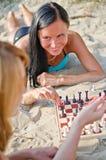 Två flickor som leker schack Arkivbild