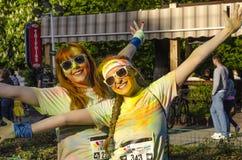 Två flickor som målas på färgkörningen Bucharest royaltyfri foto