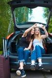 Två flickor som poserar i bil Arkivfoto