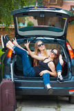 Två flickor som poserar i bil Arkivbilder