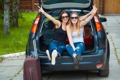 Två flickor som poserar i bil Arkivfoton