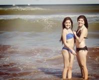Två flickor som poserar i vattnet Arkivfoto