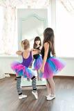 Två flickor som ser i en spegel royaltyfria foton