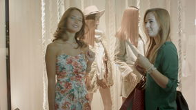 Två flickor som shoppar i gallerian stock video