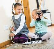 Två flickor som spelar med elektricitet Fotografering för Bildbyråer