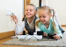 Två flickor som spelar med elektricitet Royaltyfri Foto