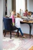 Två flickor som spelar med smycken och smink Fotografering för Bildbyråer