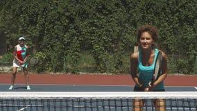 Två flickor som spelar tennis i paren stock video