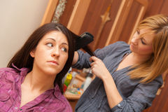 Två flickor som stryker hår Royaltyfria Foton