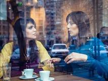 Två flickor som talar i ett kafé Arkivfoton