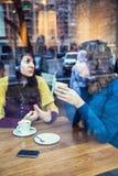 Två flickor som talar i ett kafé Royaltyfri Fotografi