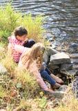 Två flickor som tvättar deras fot Arkivfoton