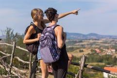 två flickor som tycker om sikten Royaltyfri Foto
