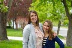 Två flickor tillsammans Arkivfoton
