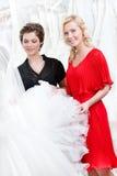 Två flickor trycker på klänningen Royaltyfri Bild
