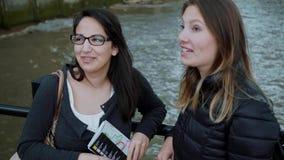 Två flickor turnerar på med en loppresehandbok lager videofilmer
