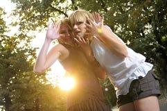 Två flickor utanför klart för deltagare Fotografering för Bildbyråer