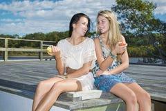 Två flickor utomhus vid liten vik Royaltyfri Foto