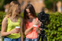 Två flickvänflickabloggers den kulöra handillustrationen gjorde natursommar Skriver videoen till kameran Fritt avstånd för text s arkivfoton