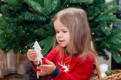 Två flickvänner är posera och bedra omkring julgranen royaltyfria foton