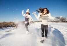 Två flickvänner har gyckel på vinterdagen Arkivbild
