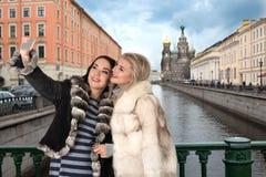 Två flickvänner i lopp runt om Ryssland och fotograferas Arkivbilder